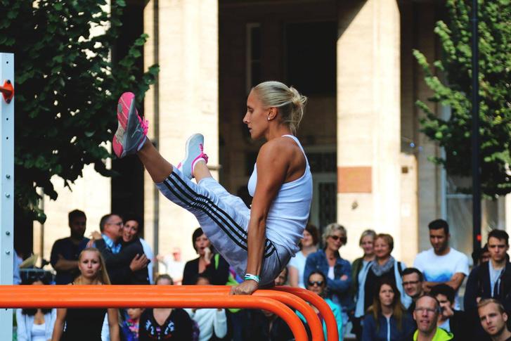 Street workout bemutató a Hard Body Hang mobil eszközein a Madách téri Budapest Urban Games rendezvényen