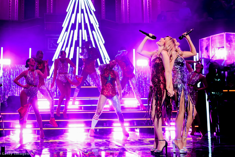 Kylie Minogue egyébként 48 éves, testvére pedig 45.Agyafúrt olvasóink rájöhettek, hogy három év van köztük.