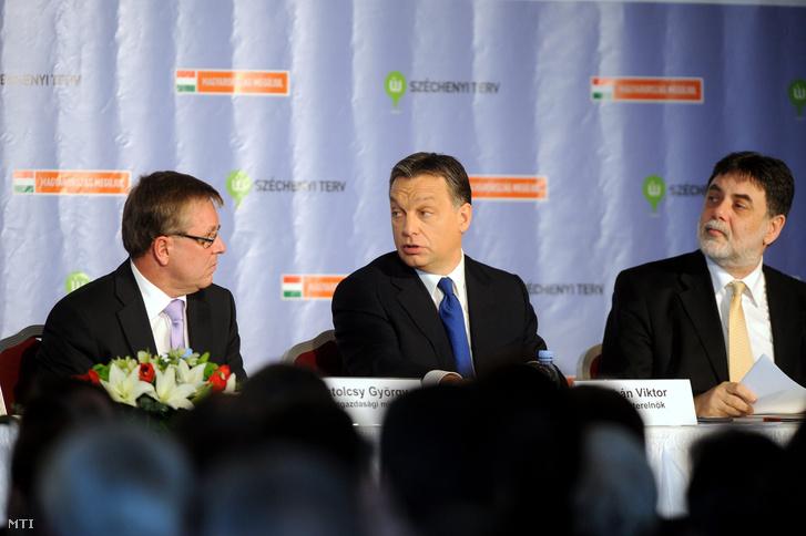 Matolcsy György nemzetgazdasági miniszter, Orbán Viktor miniszterelnök és Fellegi Tamás nemzeti fejlesztési miniszter részt az Új Széchenyi Terv bemutató tájékoztatóján a Budapest Marriott Hotelben, 2011. január 14-én.