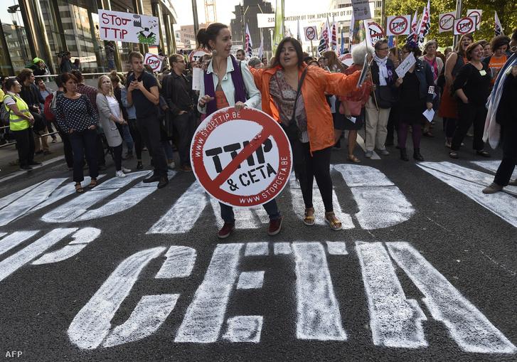 Aktivisták tiltakoznak a kereskedelmi egyezmények tervezete ellen Brüsszelben