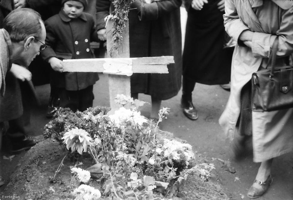 A Harminckettesek terén a Baross utca és a Körút találkozásánál, egy világháborús hősi halottak emlékműve mellett elhantolt mártír sírjánál.