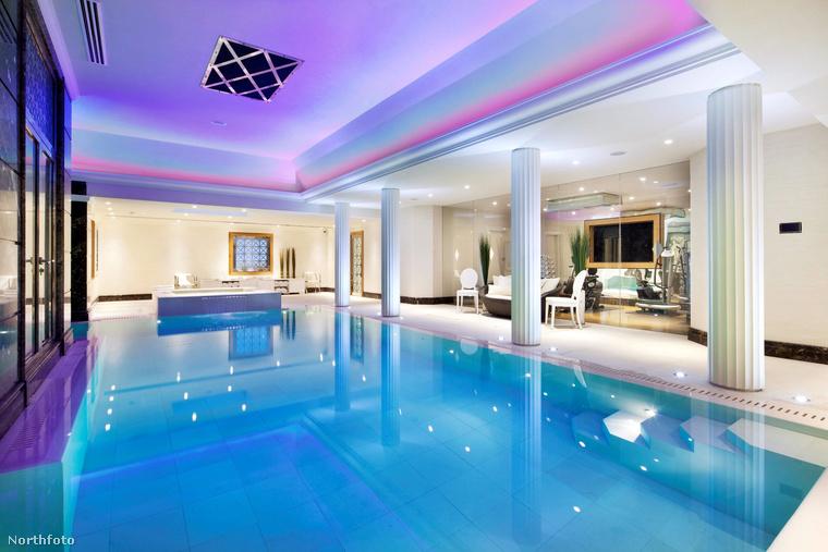 Képzeljük el, amint Bieber hazatér a kemény munkából, beleveti magát a megnyugtató, lila fényekkel felcicomázott medencébe,...