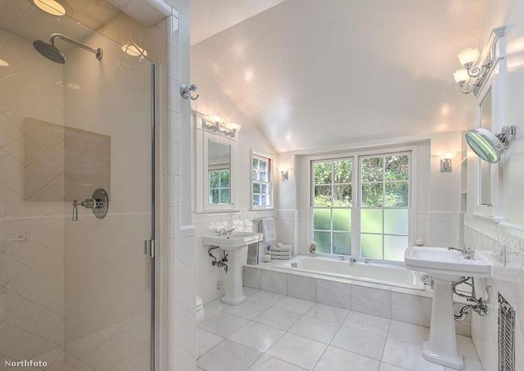 Meg is éri, mert van benne szép, retinakiégetősen fehér fürdő