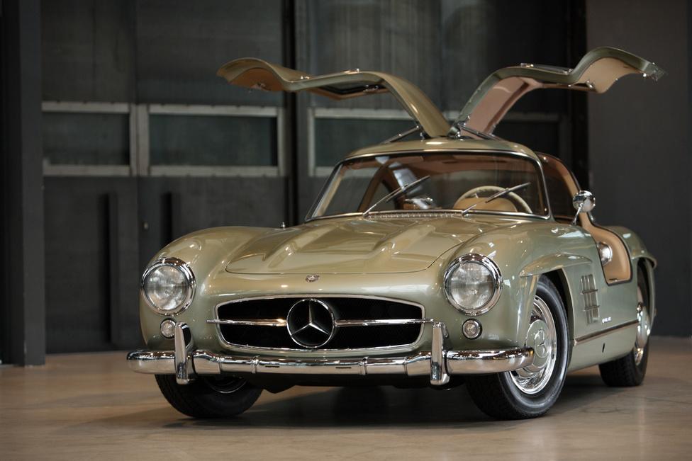 3. Mercedes-Benz 300 SL                         Az autó, amit Sirályszárny néven emlegetnek, már csak a beceneve miatt is muszáj, hogy hordozzon magában némi kecsességet. A 300 SL pedig tudta ezt, az ötvenes évek legszebb Mercedese volt, amellett, hogy elképesztően gyorsan tudott menni: a leghosszabb végáttétellel 260 km/óra felett volt a vége, így kora leggyorsabb autójává vált. A háromliteres sorhatos motor a Mercedes utcai autóiból származott, de karburátorok helyett befecskendezős volt, amit a Messerschmitt vadászgépekről vettek át, így az eredeti 177-ről 215 lóerőre erősödött. Sokak számára mégis ajtók miatt maradt emlékezetes a kocsi, mivel zsanérjai a tetővonal közepére kerültek, ezért felfelé nyíltak, amolyan szárnyként, innen a becenév.