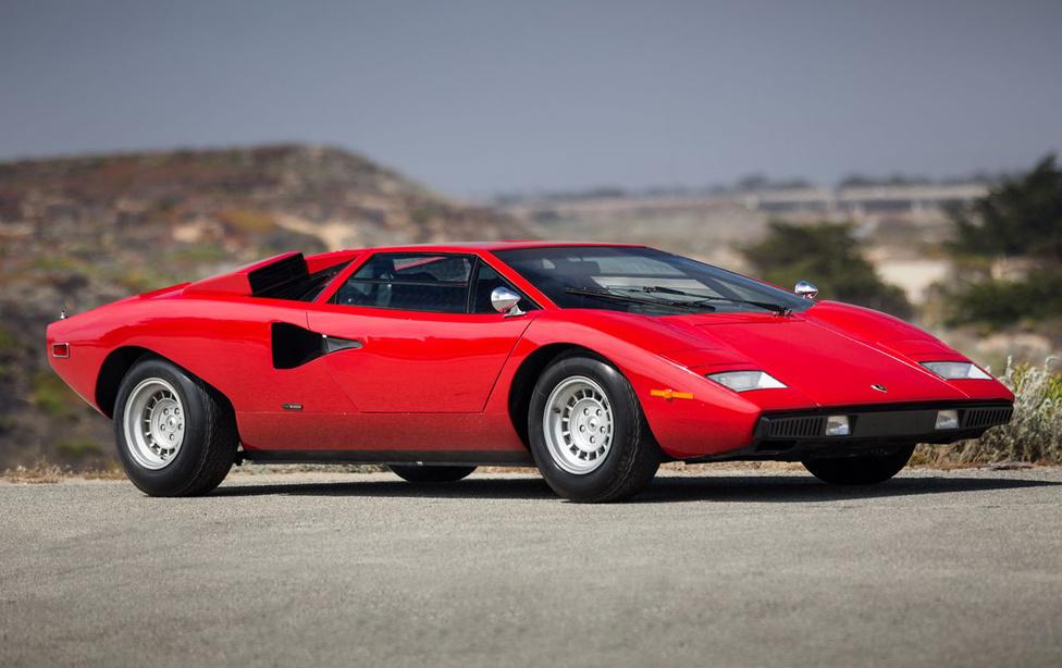 2. Lamborghini Countach                         A Lamborghini a Countach-sal fektette le a modern szupersportautó alapjait, amelyet aztán több gyártó átvett. Itt jelent meg az ékforma kaszni, amelyben a kabint jellegzetesen előretolják, hogy mögötte helyet kapjon a hatalmas V12-es motor, és az ajtók is előrebillenve, felfelé nyílnak. A kortalan formát a Bertone tervezőstúdió szakembere, Marcello Gandini rajzolta fel, de az autó nemcsak szép volt, hanem gyors is: a korai változatok is 370 lóerősek voltak, később a teljesítmény egészen 420 lóerőig emelkedett, ami egy 1400 kilós autóban rengeteg. 1974 és 1990 között 2049 darab készült belőle. Kevés autó képe volt kint több gyerekszoba falán, 1990-től ezt a szerepet remekül vitte tovább a Lamborghini Diablo.