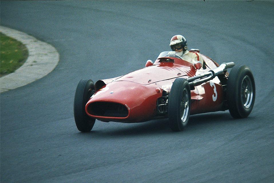 8. Maserati 250F                         A 250F az a versenyautó, ahol nehéz eldönteni, hogy a gép maga vagy az azt vezető pilóták híresebbek. Az 1954 és 1960 között használt Formula-1-es versenyautót olyan  legendák terelték, mint Juan Manuel Fangio vagy Stirling Moss. Az olasz autót kezdetben egy 2,5 literes sorhatos motor hajtotta, ezt később egy V12-esre cserélték, ez már háromliteres volt. A 250F 46 futamon állt rajthoz, nyolcszor segítette pilótáját a dobogó tetejére, ám a hatvanas évek elején kiszorították a modernebb, középmotoros versenyautók. Stirling Moss később azt írta az emlékirataiban, hogy a Maserati 250F volt a legjobb orrmotoros versenyautó, amit valaha vezetett.