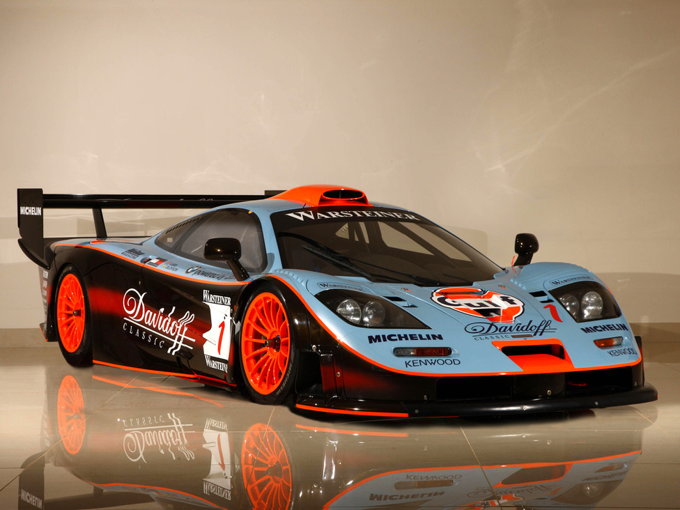 6. McLaren F1 GTR                         A McLaren F1 a kilencvenes évek leggyorsabb autója volt, és azt, hogy mennyire közel volt a technikája a versenypályához, jól mutatja, hogy az 1995-ös Le Mans-i 24 órás futamon még a kizárólag versenycélra épített prototípus versenyautókat is megelőzte az F1 versenyváltozata, a GTR. Érdekes, hogy amikor Gordon Murray megtervezte az eredeti F1-t, a végső utcai autót akarta megcsinálni, és annak ellenére, hogy több technológia, mint például a szénszálas műanyagok használata, a versenypályáról érkeztek, Murray sosem akart versenyautót építeni az F1-ből. Végül nem így lett, és bár a teljesítményt a szabályok miatt 600 lóerőre kellett fojtani, a GTR gyorsabb volt, mint az utcai autók, hiszen könnyebb volt azoknál, sokkal jobb aerodinamikával. A karosszéria akkora leszorító erőt termelt, hogy 160-as tempónál az autó már a plafonon is végig tudna menni.
