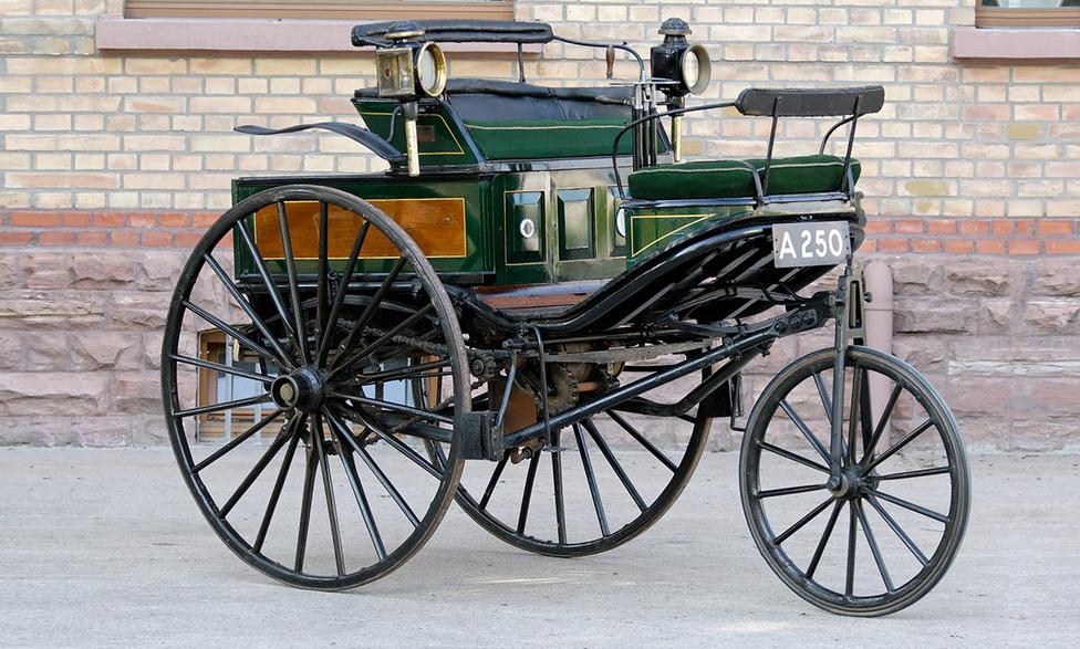 1. Benz Patent-MotorwagenHa van autó, ami nem maradhat le egy ilyen listáról, akkor az a Patent-Motorwagen, hiszen már előtte is léteztek önerőből mozgó járművek, jellemzően gőzzel hajtva, de ez volt az első, amely a mai értelemben vett belső égésű motort használta. Karl Benz 1886 július harmadikán mutatta be gépét a nagyközönségnek, és hét év alatt huszonöt példányt készített. A 954 köbcentis egyhengeres teljesítménye a korai modellekben 0,6 lóerő volt, de ez az újabb daraboknál a fejlesztésnek hála három lóerőre emelkedett, így sikerült elérni a 16 km/órás végsebességet. A modellt az építő felesége, Bertha Benz tette híressé, amikor reklám gyanánt egy 194 kilométeres kört tett a harmadik legyártott autóval 1888-ban. És hogy hol tankolt a bátor hölgy? A patikában vett hozzá benzint.