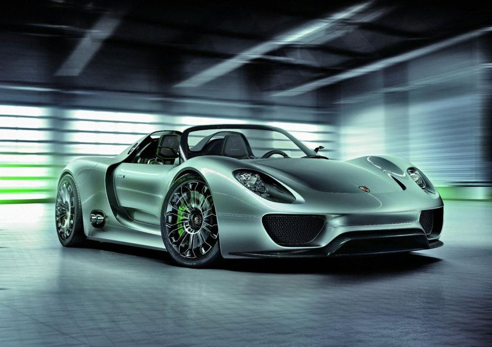 10. Porsche 918 Spyder                         Az egyre szigorodó környezetvédelmi előírások kikényszerítették a hibrid hajtás elterjedését. Az átlagos utcai autóknál az elektromos rendszer besegít a gyorsításnál, hogy csökkenjen a hagyományos, belső égésű motor fogyasztása, és lassításnál visszatermeléssel tölti az akkumulátorokat. Viszont egy sportautónál a villanymotor azonnal rendelkezésre álló nyomatéka nem feltétlen a fogyasztás csökkentésében segít, hanem abban, hogy még jobban gyorsuljon az adott gép. Ilyen a Porsche 918 Spyder is, amiben egy 4,6 literes V8-as, és a két tengelyen egy-egy villanymotor dolgozik, 890 lóerős rendszerteljesítménnyel. Amikor a három motor egyszerre dolgozik, az autó akár 2,2 másodperc alatt is elérheti a 100-as tempót, a végsebessége pedig 340 km/óra. És ha úgy alakul, 20 kilométert csak villanymotorokkal is képes megtenni.