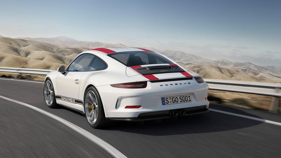 7. Porsche 911 R                         Kevés autó létezik, melynek tervezői akkora versenytapasztalattal bírnak, mint a Porsche 911 mérnökei. Az elmúlt 53 évben a 911 a pályaversenyzéstől kezdve a ralin keresztül hosszú távú futamokig mindenhol megmérették, és nyerni tudott. A 911-es 2016-ban bemutatott R sorozata azoknak kedvez, akik nem vágynak sallangokra, csak egy erős szívómotorra, kézi váltóra, mindezt egy nagyon könnyű autóban. A 911 R hathengeres bokszermotorja 500 lóerős, váltója hatfokozatú manuális, és a súlya alig 1370 kiló, ezzel az R a legkönnyebb utcai 911-es, ami ma kapható. Viszont a kevesebbért többet kell fizetnünk: ez a Porsche több mint 58 millió forintért vihető haza.