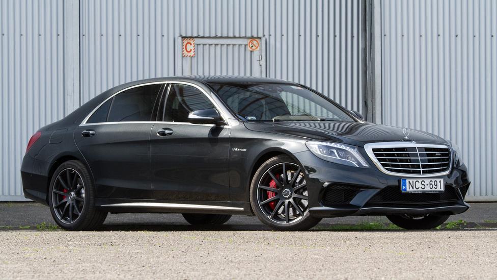 5. Mercedes-Benz S osztály                          Ha az ember kíváncsi arra, hogy éppen hol tart az autóipar, csak meg kell nézni, hogy mit tud az aktuális S osztályú Mercedes. A polgári Mercedesek legnagyobbika és legfényűzőbbike ez a típus, amelyben olyan extrákat mutattak be a márkánál elsőként, mint a blokkolásgátló, az elektronikus menetstabilizáló vagy az infravörös éjjellátó. A 2013-ban bemutatott modellben a Magic Body Control nevű futómű az egyik legnagyobb durranás, amely sztereó kamerával figyeli az útfelületet, így mindig az aktuális viszonyoknak megfelelően állítja be, ettől a menetkomfort szinte olyan, mintha az autó lebegne. A rendkívül bonyolult biztonsági rendszernek is van egy érdekes funkciója: radarok figyelik, hogy valaki az autó elé lép-e, és ha szükséges, a rendszer képes önállóan is fékezni. A mérhetetlen fényűzést kérhetjük takarékos, négyhengeres dízellel, a motorpaletta másik vége pedig a 12 hengeres biturbó AMG, amely több mint 600 lóerős.