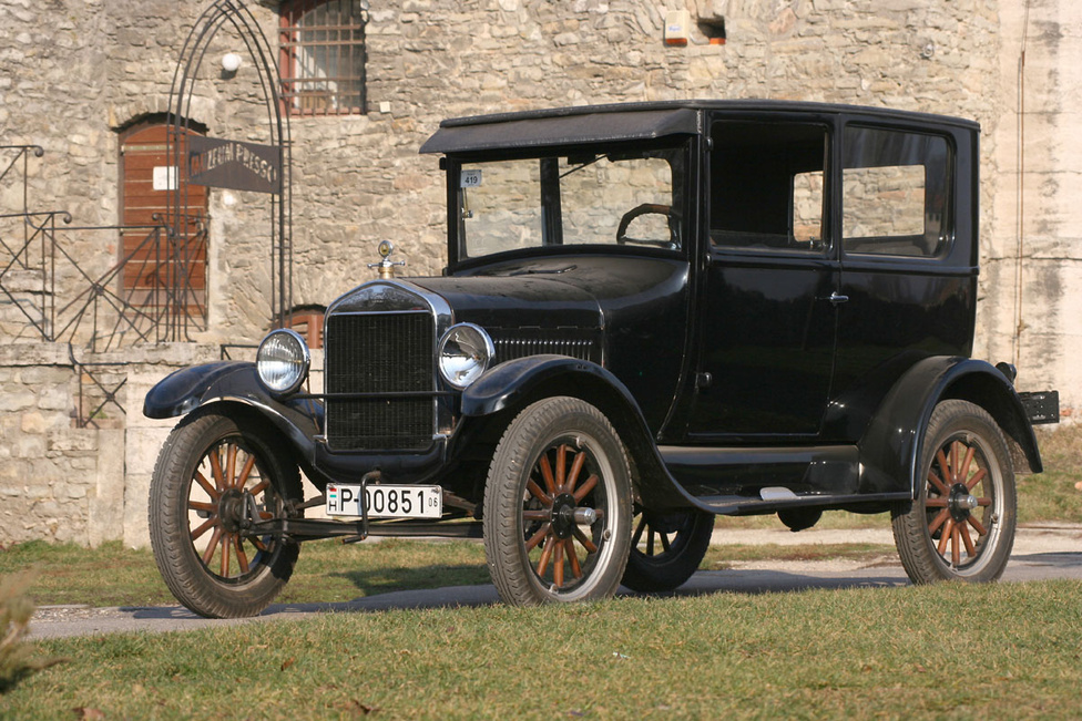 4. Ford T-modell                         A T Ford ismét egy olyan autó, amely történelmi jelentősége miatt nem maradhat le a listáról, hiszen ez volt az első, tömegek számára is elérhető jármű. Ez leginkább annak köszönhető, hogy olcsó volt gyártani, hiszen nagy mennyiségben, futószalagon állították elő. A lehető legegyszerűbb, sallangmentes felépítés hatására a súlyt sikerült 540 kilóra leszorítani, így a 20 lóerős motor 72 kilométeres tempóra tudta gyorsítani. 1908 és 1927 között 15 millió darab T-modell készült, ezt a darabszámot csak a Volkswagen Bogárnak sikerült felülmúlnia, annak is csak 1972-ben. Az autó sikerében nagy szerepe volt két magyar mérnöknek, Farkas Jenőnek és Galamb Józsefnek is.