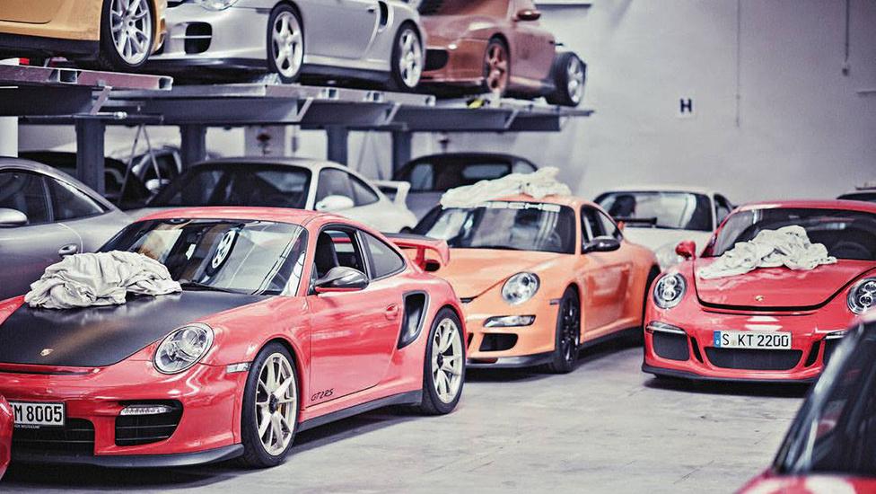 Ez a sokféle Porsche normális esetben mint ponyva alatt lakik, bár néha nyilván átmozgatják az állományt