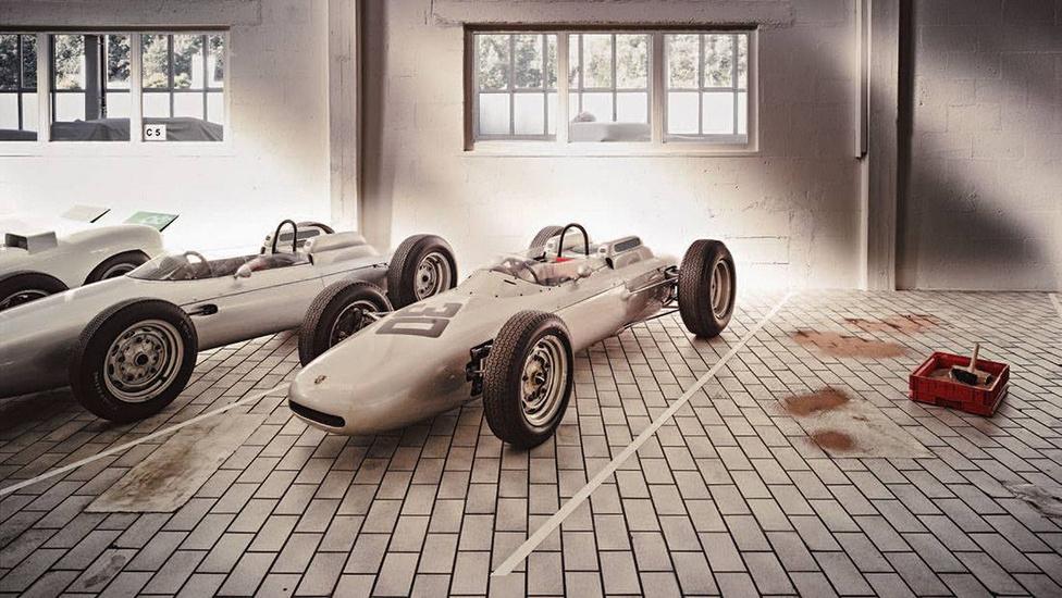 A 804-es a Porsche egyetlen igazán eredményes F1-es autója: 1962-ben futamot is nyert vele Dan Gurney. A háttérben a 909 Bergspyder különleges, kormányszög függvényében változó állásszögű légterelőivel