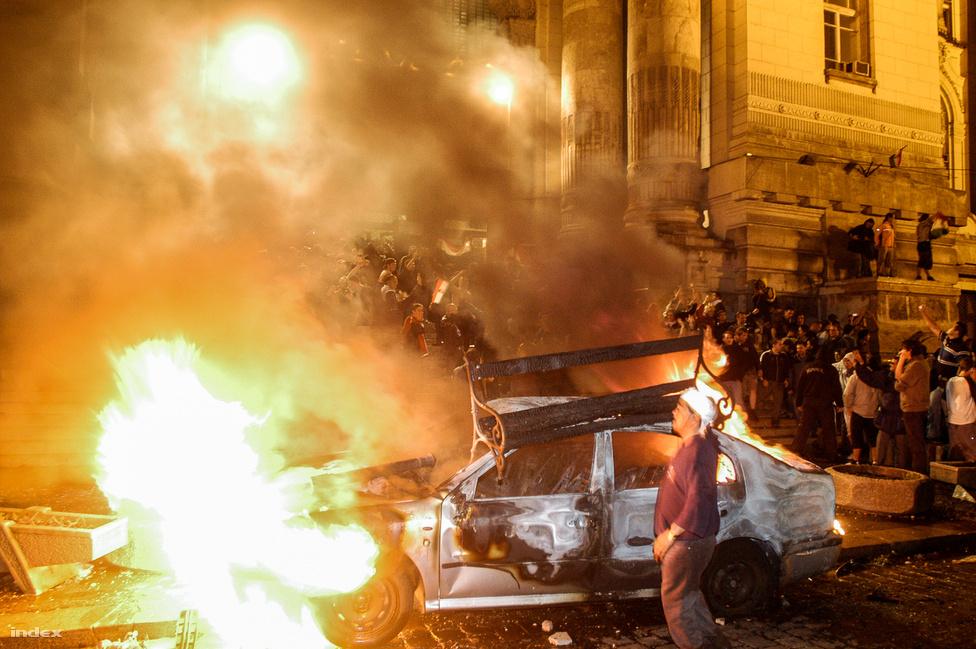 Az október 23-i utcai harcok közvetlen következménye volt az őszödi beszéd kiszivárgásának. Az amúgy is feszült politikai hangulatot a robbanásig vitte, amikor szeptember 17-én váratlanul megjelent Gyurcsány az MSZP legbelsőbb körében elmondott beszéde. Itt ismerte el, hogy a választást az emberek megvezetésével nyerték csak meg.                          Már az őszödi beszéd kiszivárgásának estéjén tömegek gyűltek össze a Kossuth téren, a tüntetők száma másnapra ezrekre nőtt. A tüntetők Gyurcsány lemondását követelték, és petíciót írtak, amelyet a szélsőjobbos, Hatvannégy Vármegye-vezető Toroczkai László vitt a Szabadság térre. Miután a tévé vezetői a kérést visszautasították Toroczkai a Kossuth térről áthívta a tüntetőket. A tömeg egy ideig kövekkel dobálta a rendőröket, majd kezdetét vette a magyar történelembe tévéostromként bekerülő eseménysorozat.