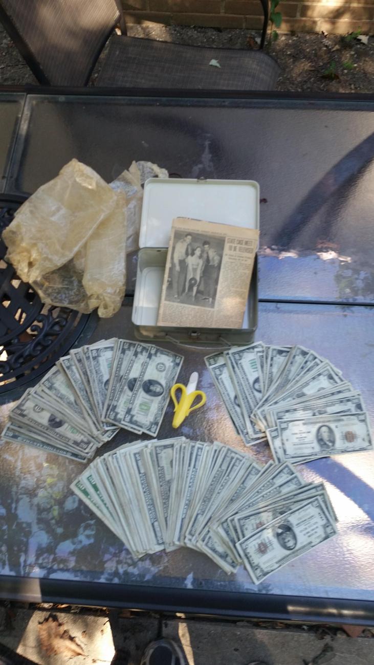 Hogy ez egy rakat pénz!                         50 és 100 dolláros bankjegyeket is rejtett a doboz, összesen 23 ezer dollárt