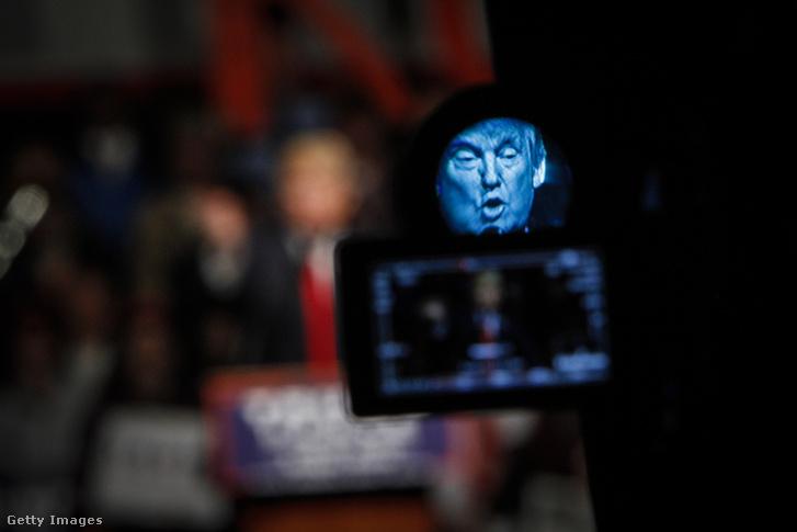 Donald Trump képmása egy videokamera kijelzőjén, miközben kampánybeszédet tart a Maine állambeli Bangorban, 2016. október 15-én.