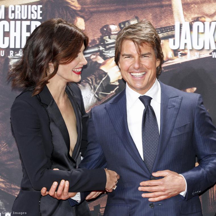 A filmben Tom Cruise-zal játszik együtt (igen, Cruise a címszereplő), akiről a People-nak beszélt egy kicsit.