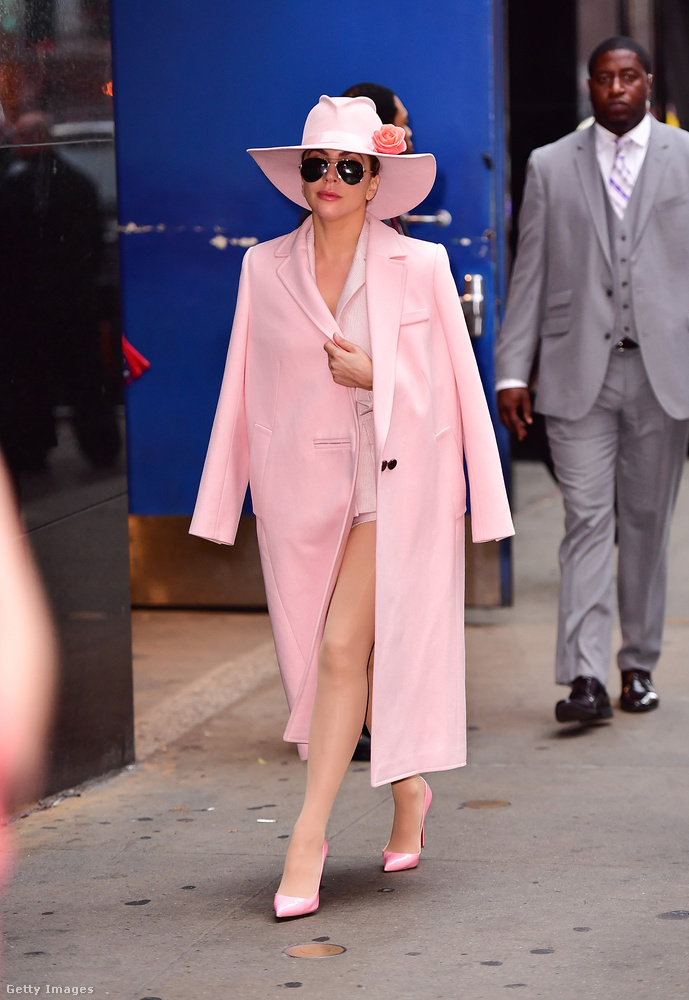 Mondjuk a short által szabadon hagyott harisnyás bőrfelülete is kompatibilis a rózsaszín szettel.