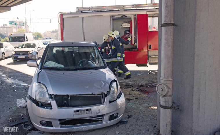 Úgy tudjuk, két autó összeütközött, mindkettő sofőr megsérült, mentő vitte el őket.