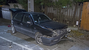 Faltól falig törte a kocsit, villanyoszlop állította meg
