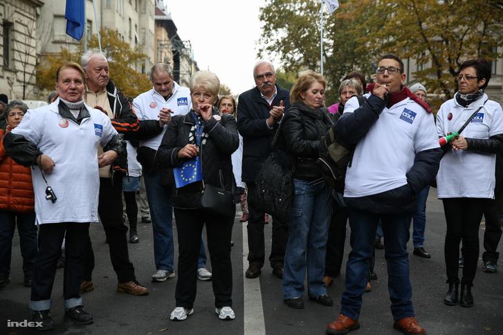 Bokros Lajos és az Ellenzéki Kerekasztal demonstrációja az állami megemlékezés után a Kossuth téren.
