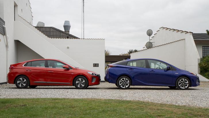 Mást mutat a látszat, a Prius csak 2 centivel magasabb, viszont hosszabb és keskenyebb. A tengelytávjuk egyforma: 2,7 m