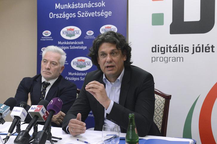 Deutsch Tamás a Digitális Jólét Programért felelős miniszterelnöki biztos és Palkovics Imre a Munkástanácsok Országos Szövetségének elnöke sajtótájékoztatót tart a Digitális gazdaság - Kihívások a munka világában című konferencia szünetében a Hotel Hungaria City Centerben 2016. október 6-án.