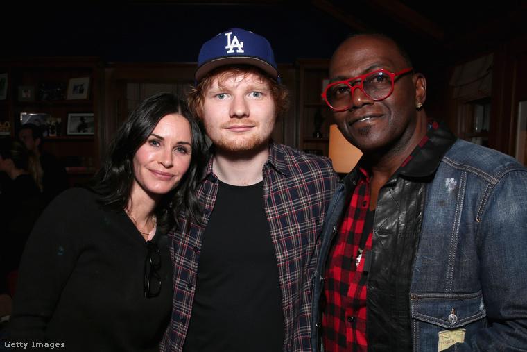 A Jóbarátok egykori színésznője, Courteney Cox (a kép bal szélén) a mai napig jó kapcsolatban van Ed Sheerannel (középen)