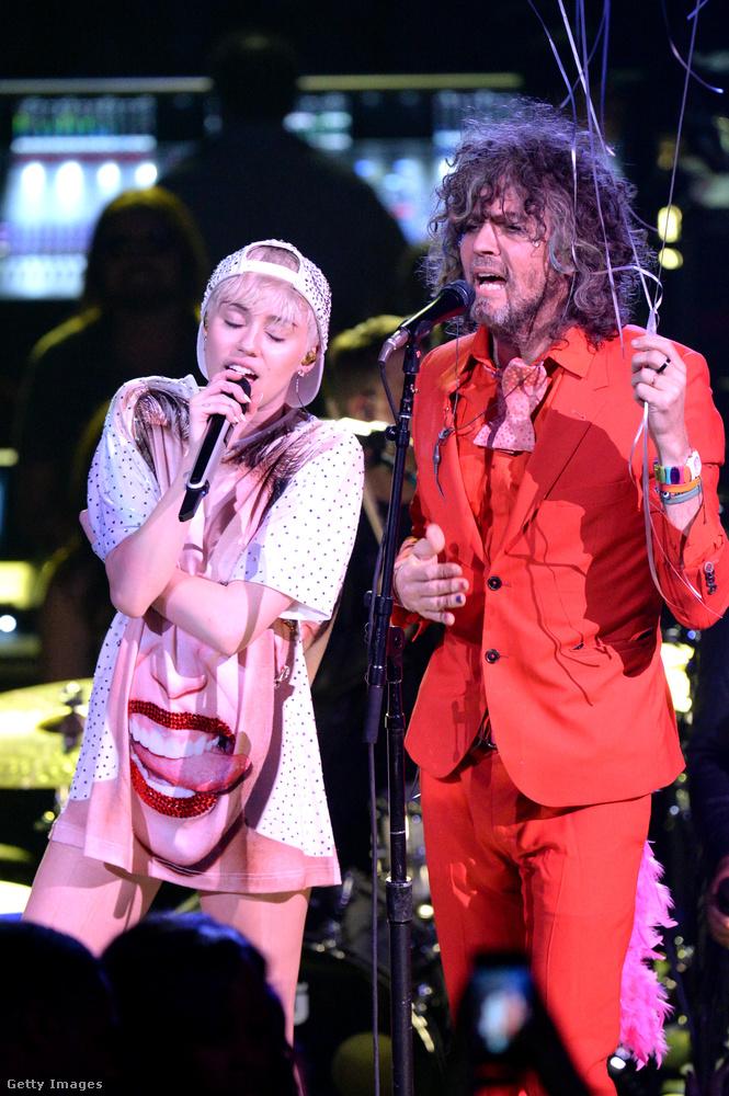 A Flaming Lips 55 éves énekese, Wayne Coney és a 23 éves énekesnő Miley Cyrus között nem számít a korkülönbség: nemcsak együtt lépnek fel koncerteken, hanem jó barátságot is ápolnak egymással