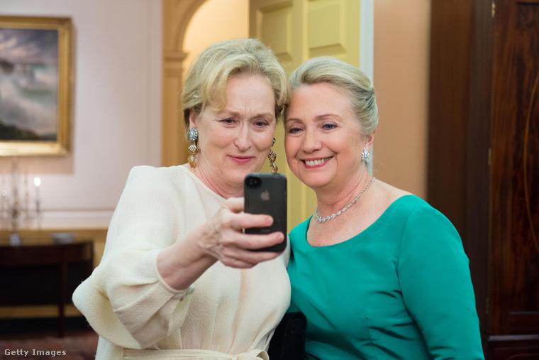 Gondolta volna, hogy Meryl Streep és Hilary Clinton nem csak szuper barátnők, de bármikor szívesen csinálnak egy szelfit közösen? Itt a bizonyíték!