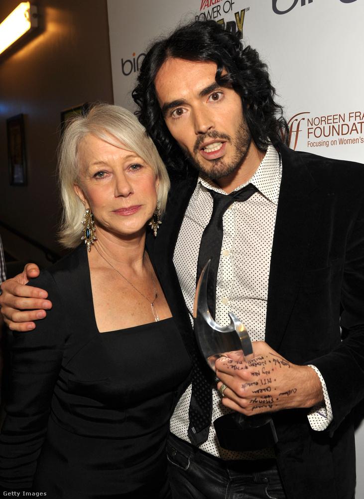 Helen Mirren és Russell Brand rövid időn belül két filmben is együtt játszottak, először a 2010-es Tempest című mozi forgatásán kerültek közeli kapcsolatba, majd az Arthur felvételei alatt szilárdult meg barátságuk