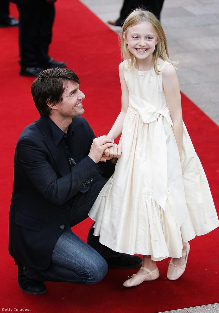 Dakota Fanning és Tom Cruise a Világok harca 2005-ös forgatásán ismerkedett össze, és bár a fiatal gyereksztár mindössze tizenegy éves volt ekkor, rögtön életre szóló barátságot kötött a színésszel