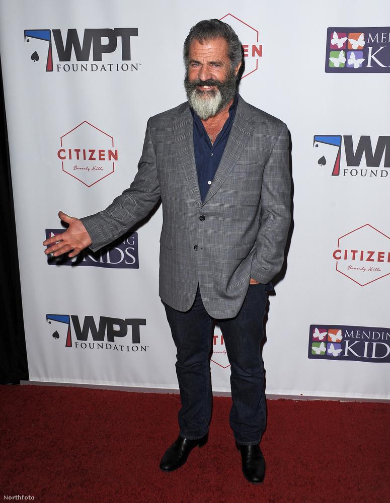 Mel Gibson egy jótékonysági esten mutata meg magát, és egyre szőrösebb fejét.