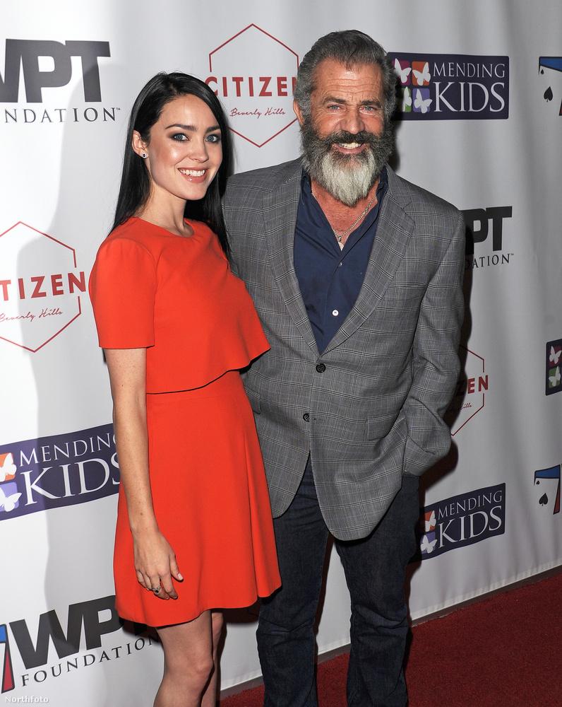 Mel Gibson a jótékonysági eseményre magával vitte új barátnőjét Rosalind Rosst, aki tökre nem mellékesen terhes is, bár ez ezen a képen nem látszik.Ross amúgy tíz évvel fiatalabb Gibson legidősebb gyerekénél.
