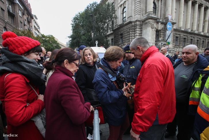 A biztonsági őrök szúrópróbaszerűen ellenőrizték a táskával érkezőket a Kossuth téren