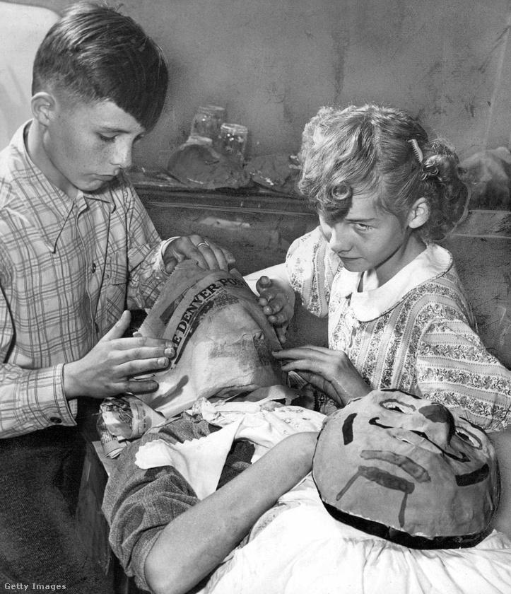 1947-ben úgy készült a halloweeni arcmaszk, hogy nedves újságcikkeket pakoltak rétegenként az illető arcára.