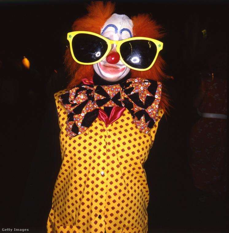 Ekkor a vicces, kicsit túlzó szett volt a menő, ezt a bohócot például New York City őrületes Halloween parádéján fotózták.