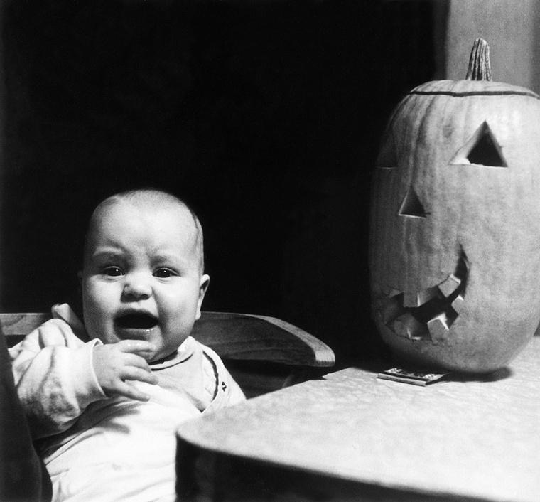 A Halloween egy kelta ünnep, főként az angolszász országokban ünnepelték, napjainkban azonban már hozzánk is begyűrűzött, és elég ügyes marketinggel, ismét egy olyan napot erőltetett ránk a kapitalista világ, hogy a Télapón kívül legyen még egy nap, amikor a gyerekeknek valamit adni, vagy venni kell