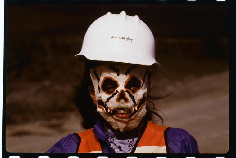 Ez egy kakukktojás: egy alaszkai olajvezetéknél dolgozó nőt láthatunk a 70-es évek végéről, méghozzá egy fura maszkban, tehát ez most nem Halloween
