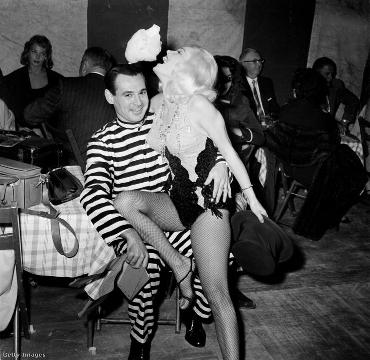 Mamie Van Doren, aki egy népszerű színész volt az 50-es évek Amerikájában, így érezte jól magát a Halloween Partyn