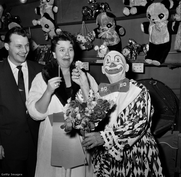 Még egy vidám bohóccal, és a még ennél is vidámabb Jane Withers színésznővel búcsúzunk a múlt Halloweeni jelmezeitől.