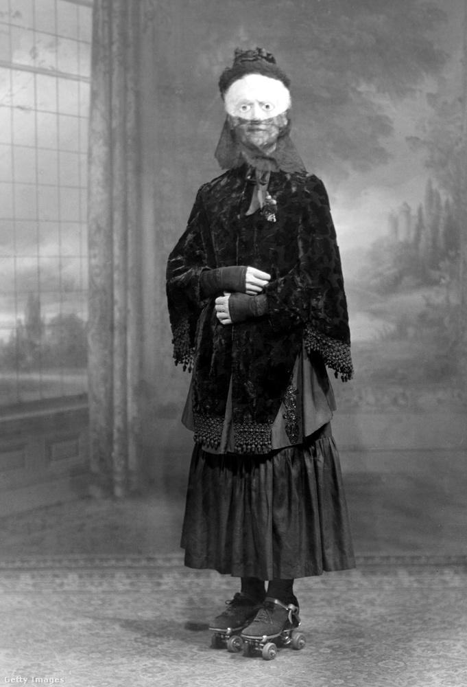 1910: görkori, fekete gyászruha, fehér maszk