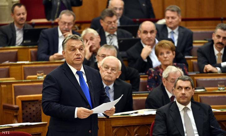 Orbán Viktor miniszterelnök azonnali kérdésre válaszol az Országgyűlés plenáris ülésén 2016. október 24-én.