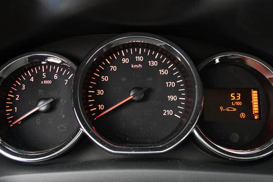 Mindig mosolyognom kell, amikor meglátom, hogy a Dacia a dízeleknél ugyanazt a fordulatszámmérőt használja, mint a benzineseknél