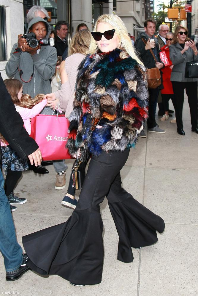 Jessica Simpson október 24-én New Yorkban mászkált, amit megörökítettek az ugyancsak arra járó fotósok.Az énekesnőből lett divattervező alighanem egy saját tervezésű összeállításban mutatkozott