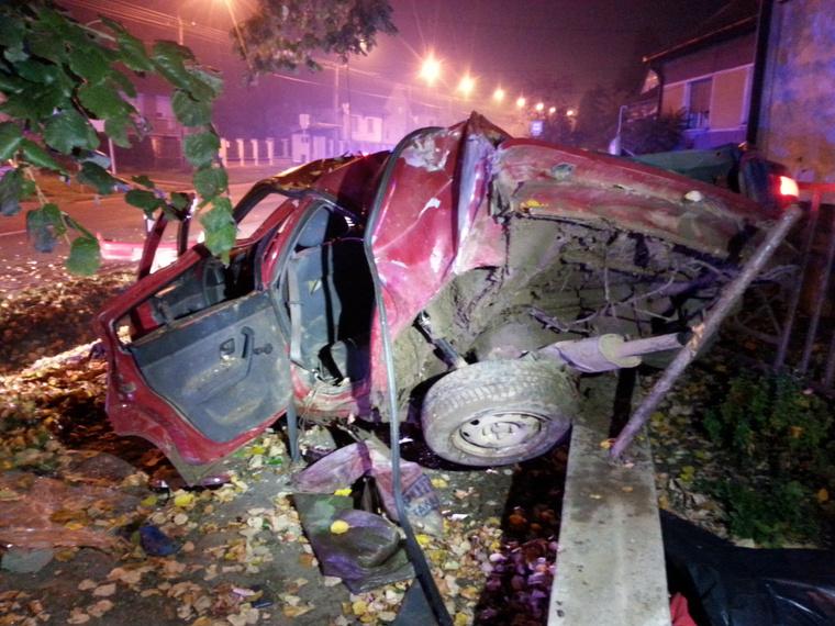 Az autó csúnyán összeroncsolódott, egy ember meghalt, többen súlyos sérüléseket szenvedtek.
