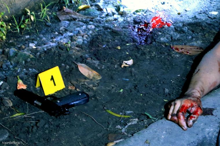 A holttesteket az utcán hagyják, ezzel is figyelmeztetve a többi drogdílert