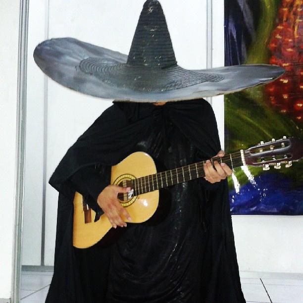 A guatemalai El Sombrerón egy apró termetű, fekete kalapba és csizmába öltözött férfi, aki a hajfonás elkötelezett rajongójának számít