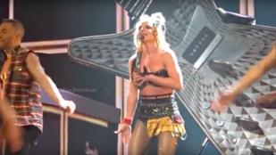 Britney Spears melltartója megadta magát a színpadon